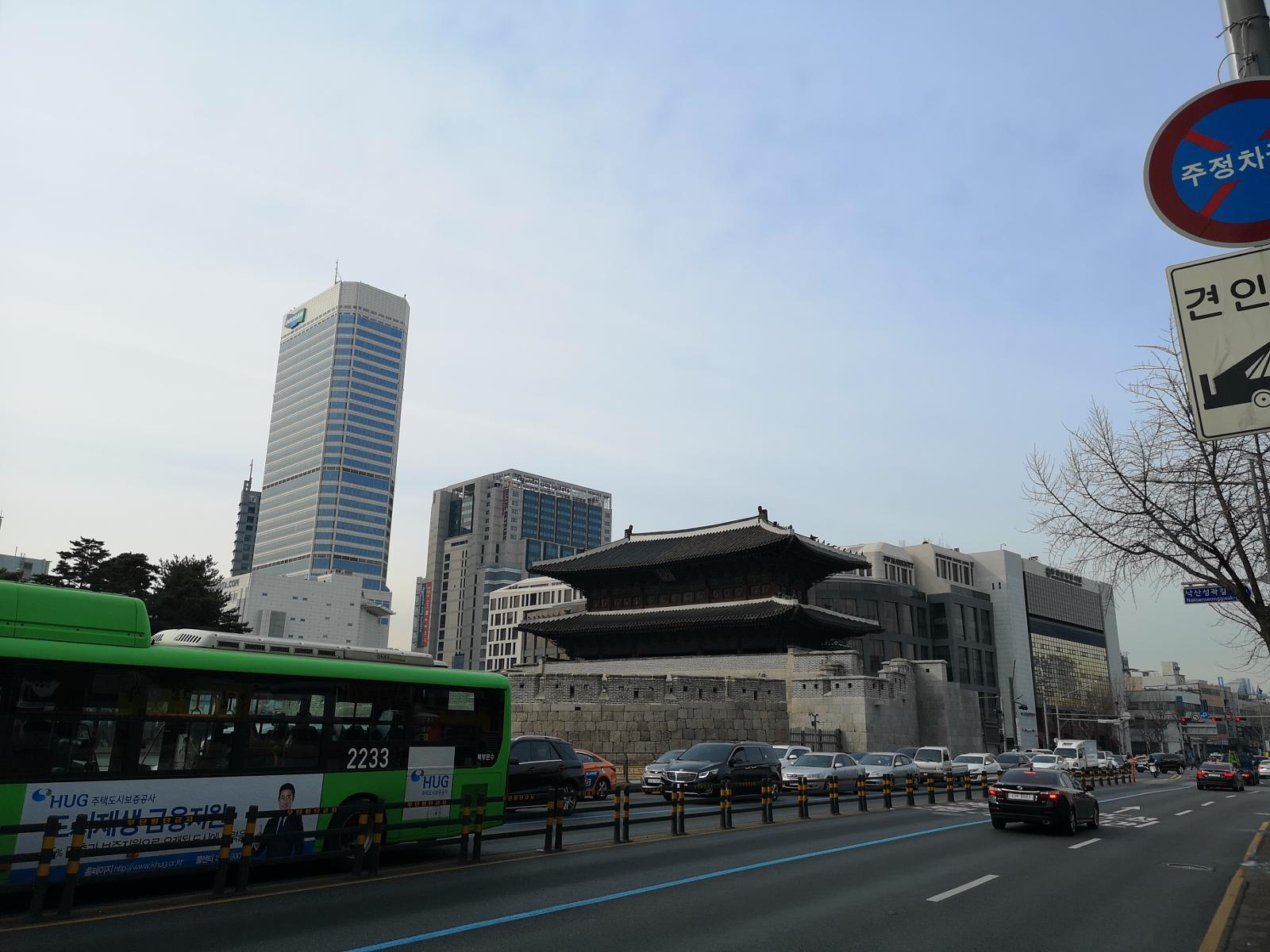 Fotoğraf Seoul: From Dongdaemun across the Parlament Area to the Ingwangsan (Mountain)