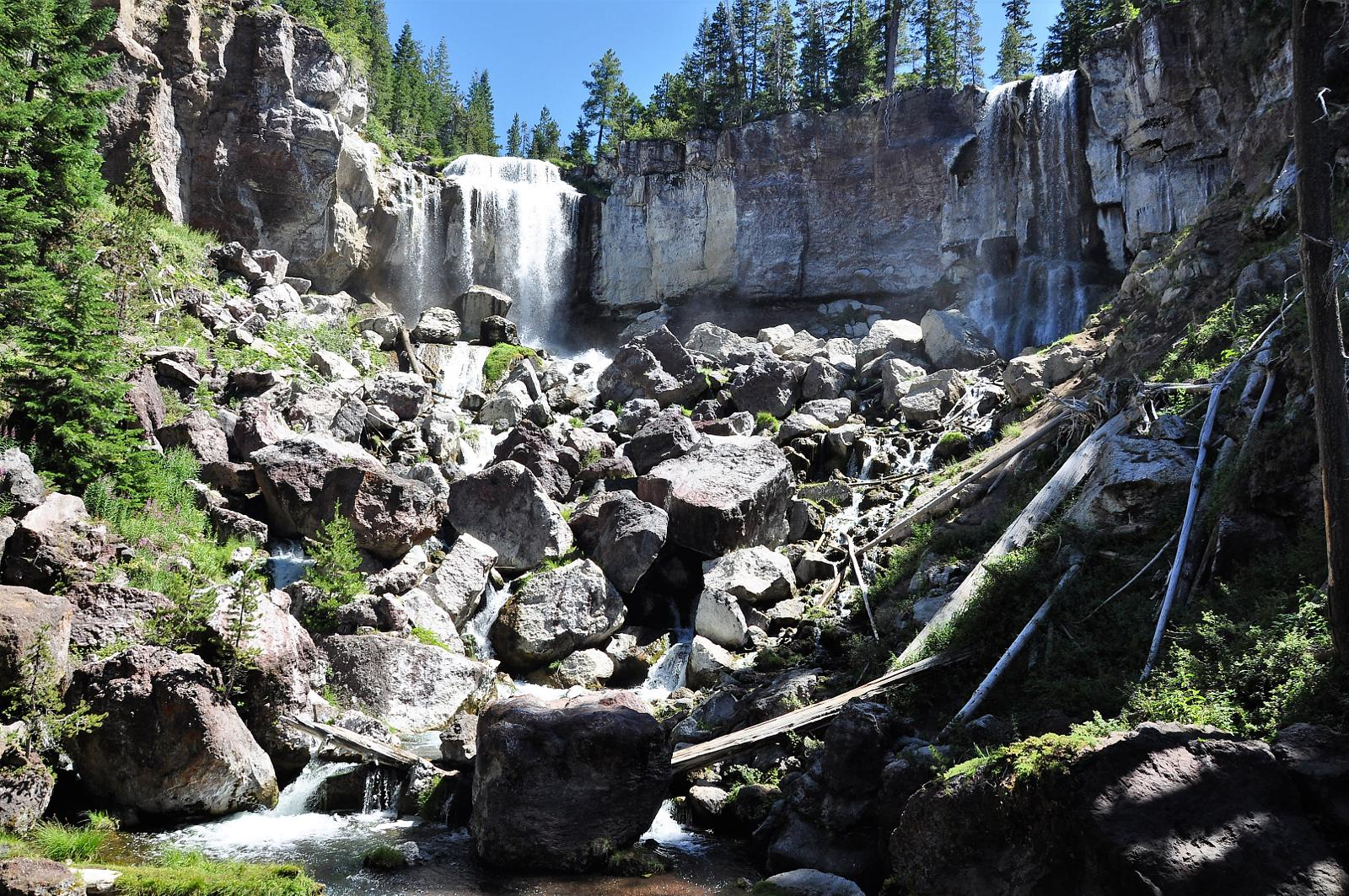 mynd af Paulina falls and lake. Newberry National Volcanic Monument