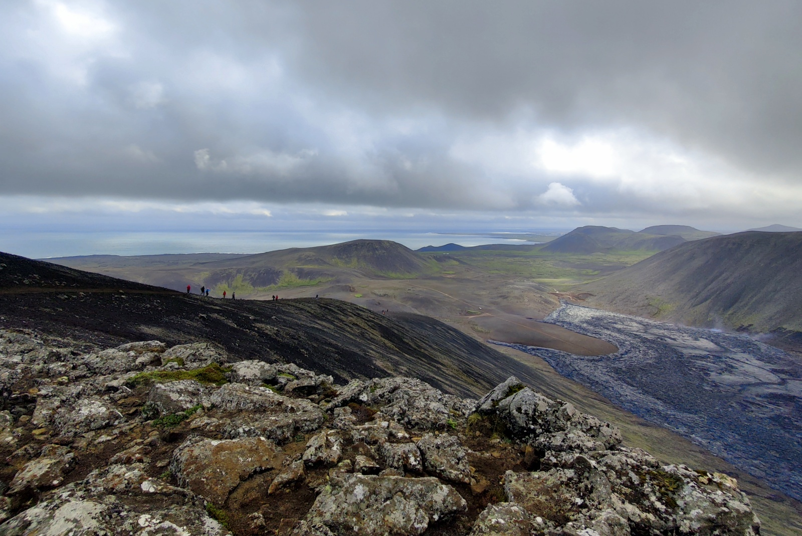 Photo de Fagradalsfjall volcano (Geldingadalir): track C, including lava field and front view of crater